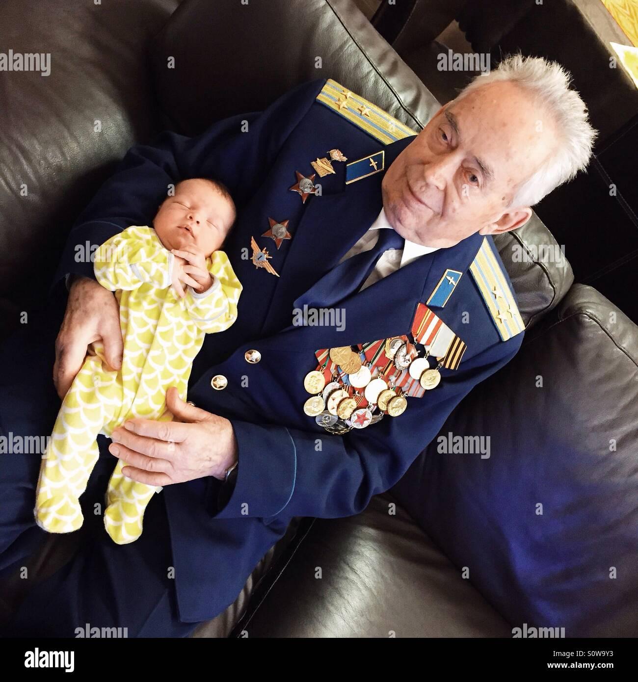 Nonno tenendo un bambino Immagini Stock