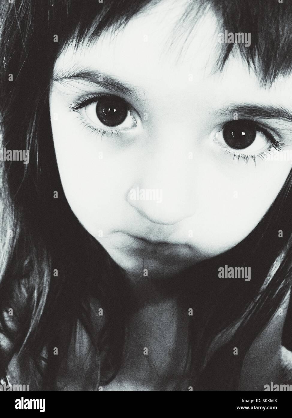 Bianco e nero ritratto della ragazza caucasica. Immagini Stock