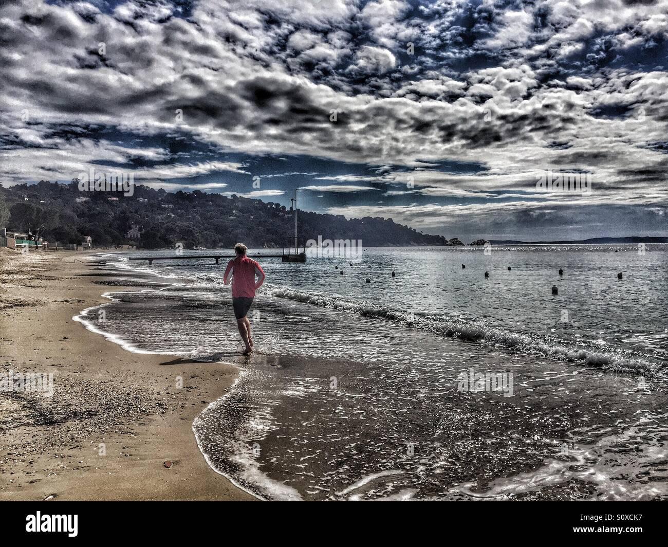 Jogging sulla spiaggia, mare Mediterraneo,Costa Azzurra, Francia Immagini Stock