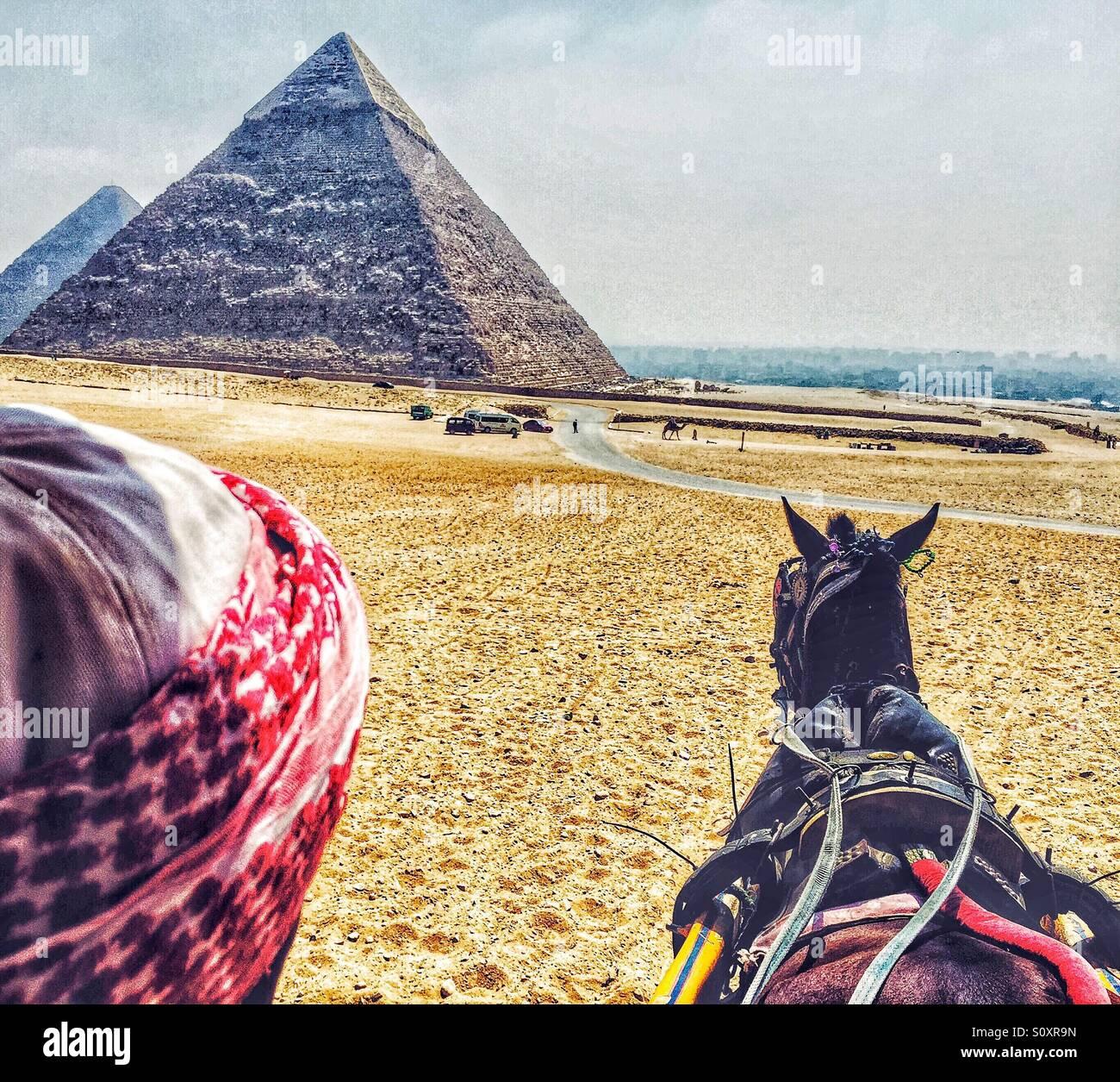 L'Uomo aziona un carrello presso le Grandi Piramidi d'Egitto Immagini Stock