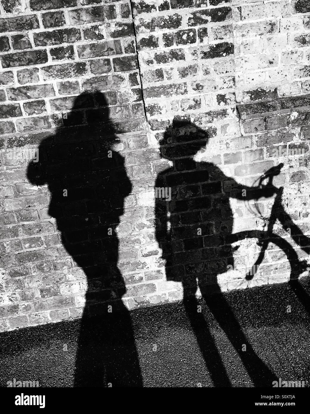 Ombra della ragazza, donna e bici Immagini Stock