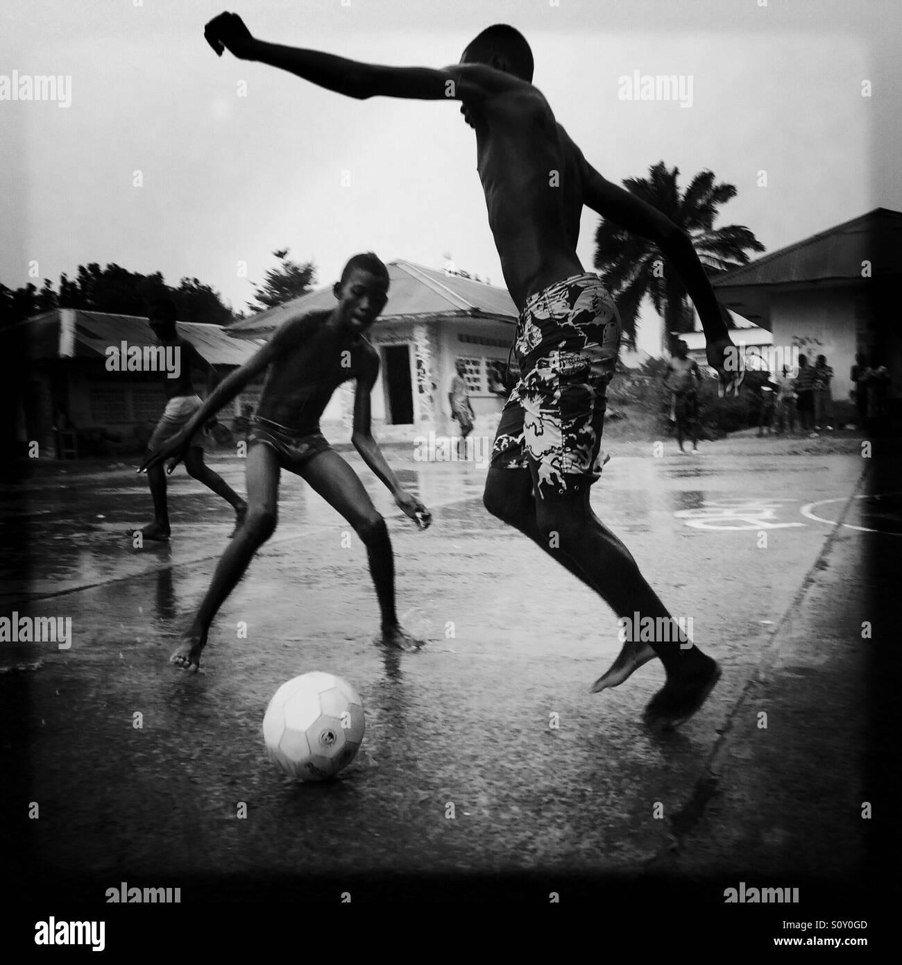 Ragazzi che giocano a calcio sotto la pioggia, Kinshasa, Repubblica  Democratica del Congo Foto stock - Alamy