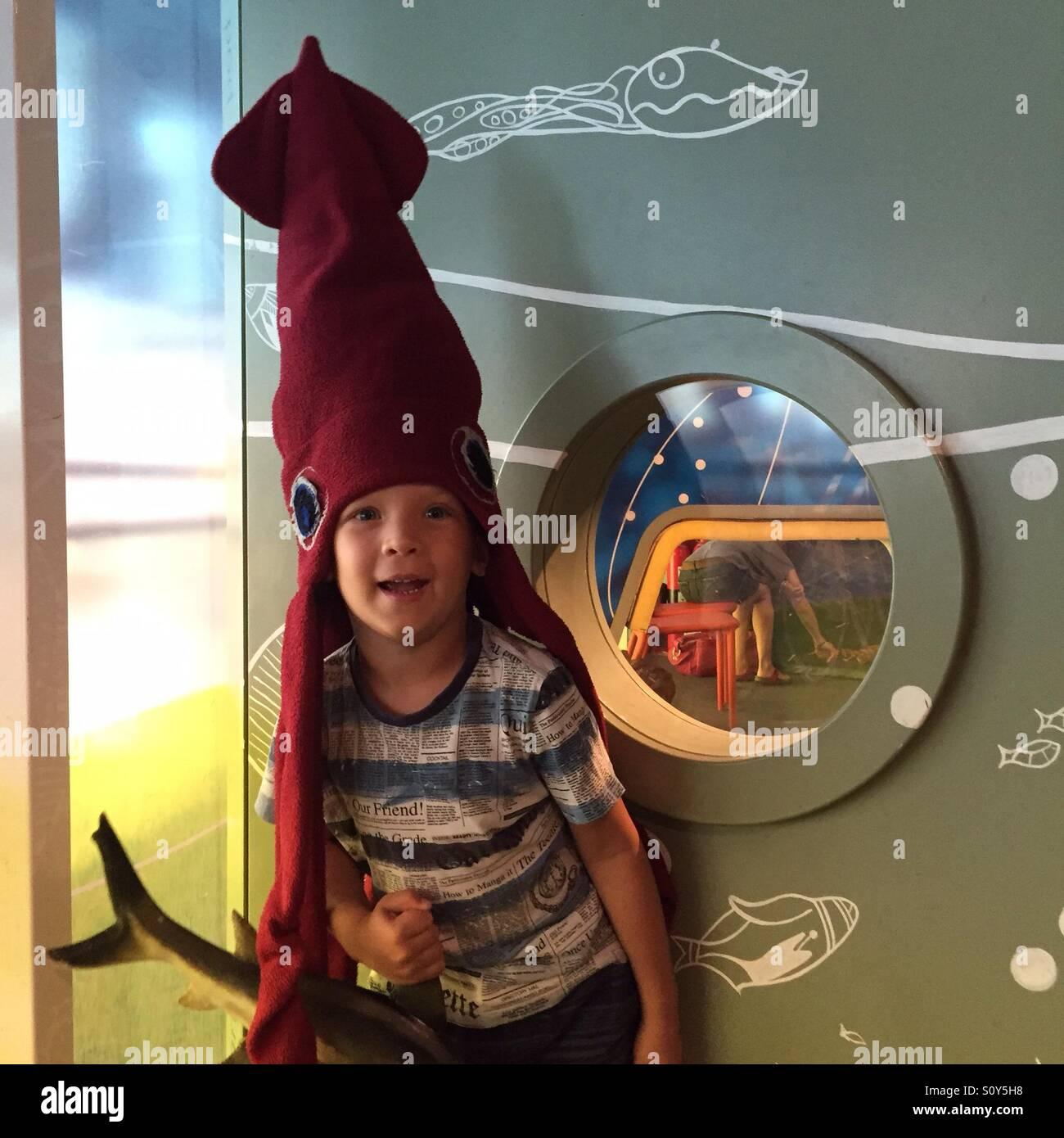 Ritratto di un ragazzo in mare costume di animale Immagini Stock