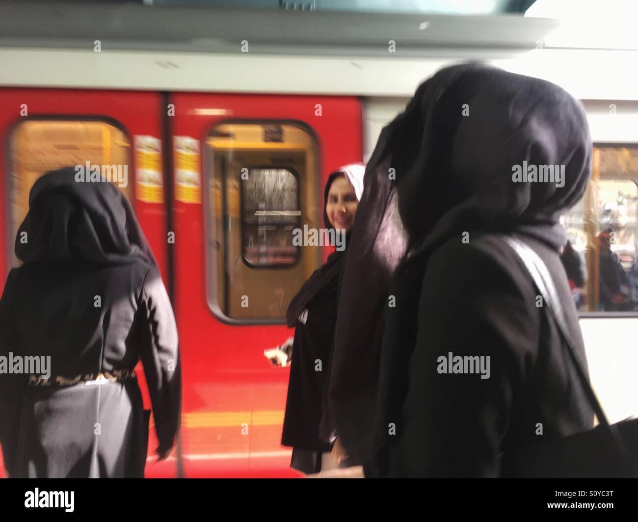 Le donne musulmane in hijab, burqa o Niqab alla stazione di Whitechapel, London, Regno Unito Immagini Stock