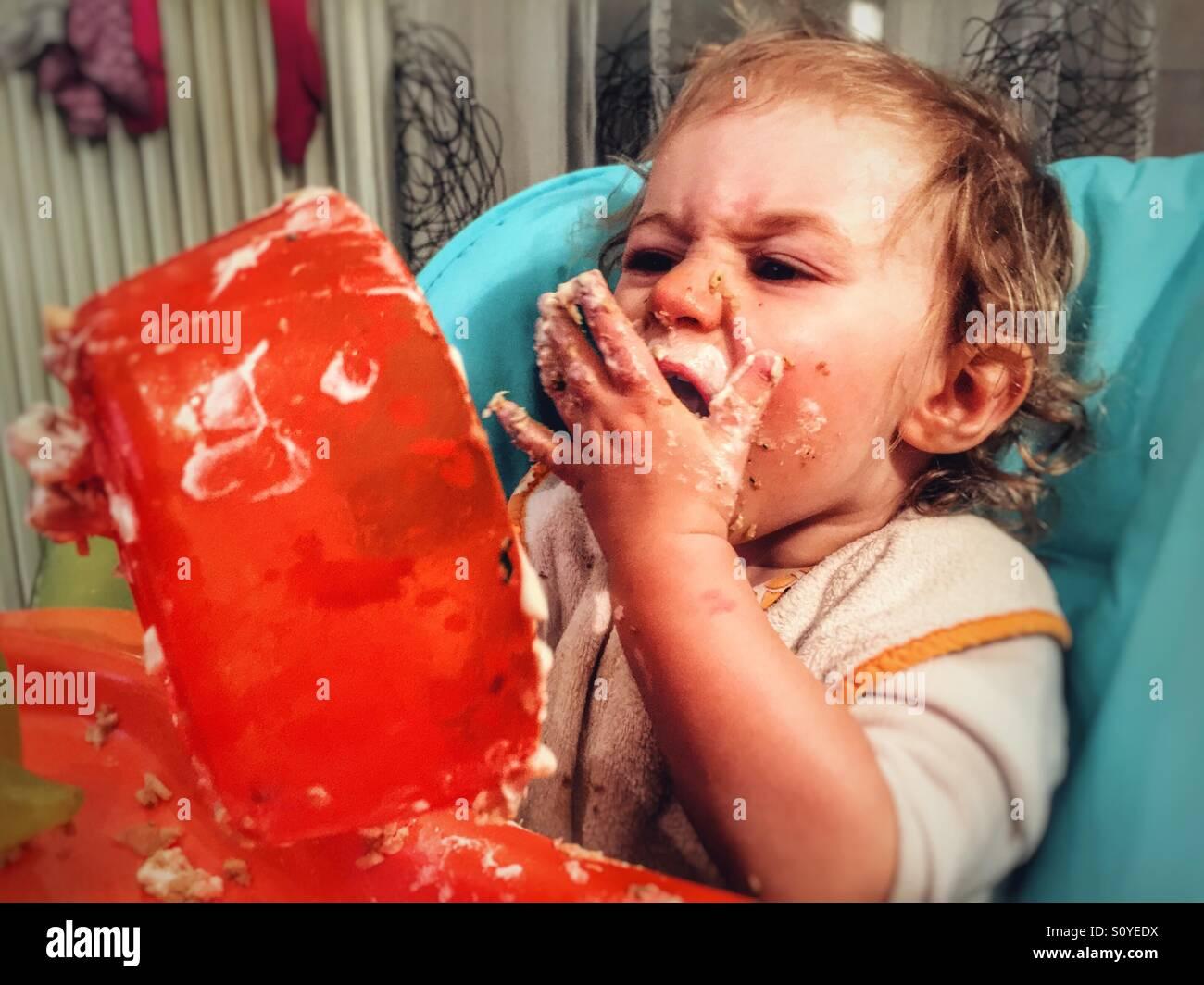 Un anno vecchia ragazza mangiare Immagini Stock
