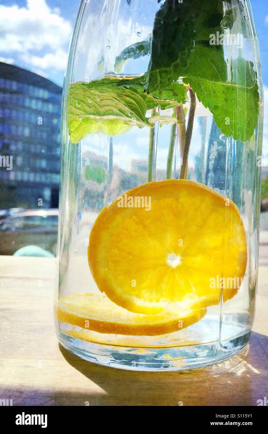Una bottiglia di acqua con limone Immagini Stock