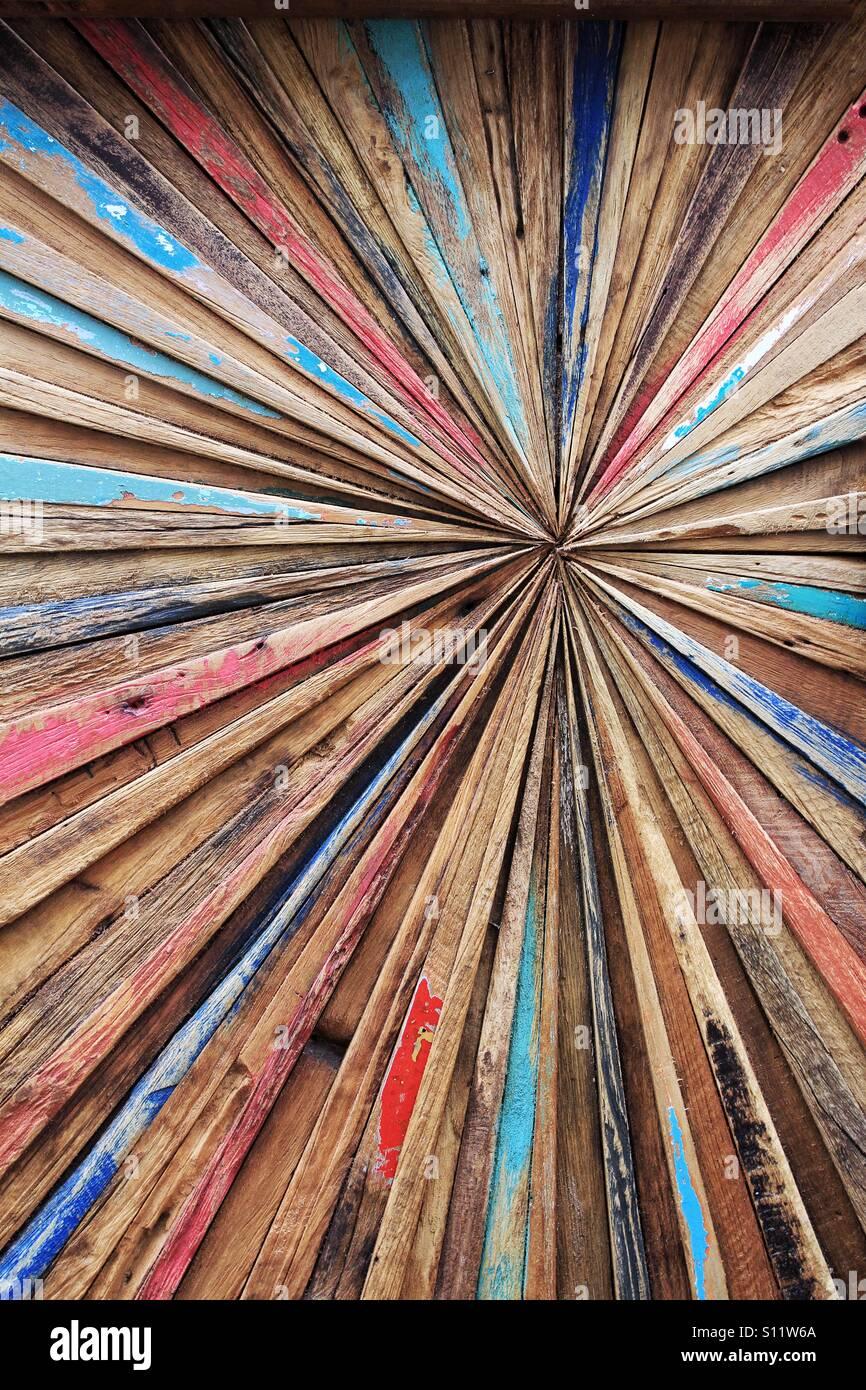 Un colorato e astratto sfondo di legno con le linee convergenti al centro. Immagini Stock