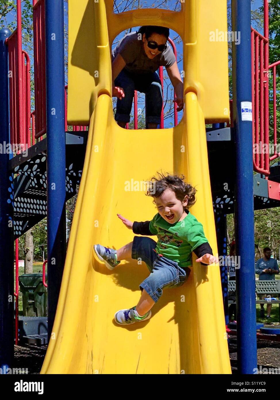 La madre e il bambino divertirsi al parco Immagini Stock