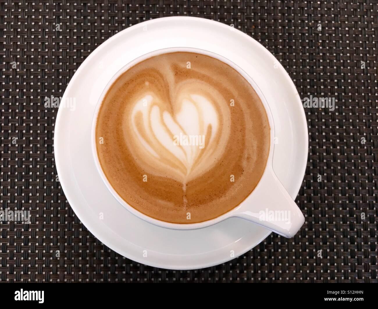 Al di sopra di colpo di un bianco tazza di caffè sul tavolo Immagini Stock