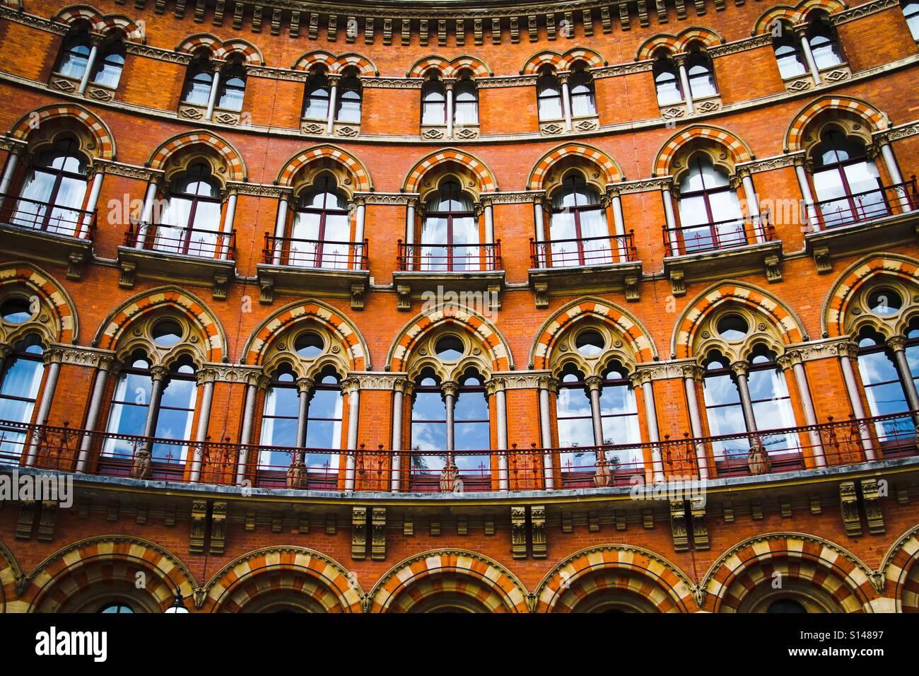 La Facciata Ricurva Di Un Raffinato Edificio Gotico Con Righe Di