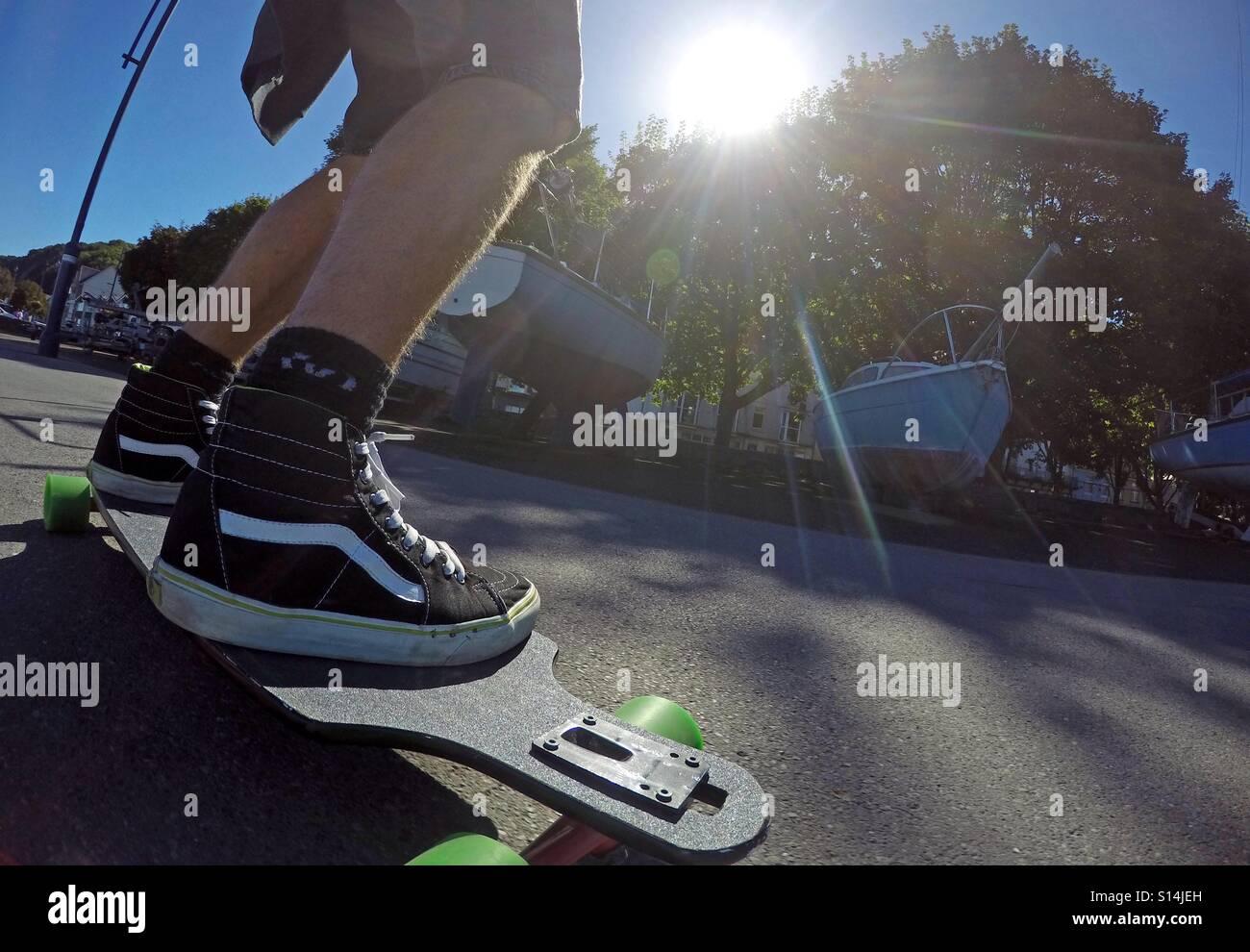 Lo skateboard sul lungomare di Mumbles vicino a Swansea. Immagini Stock