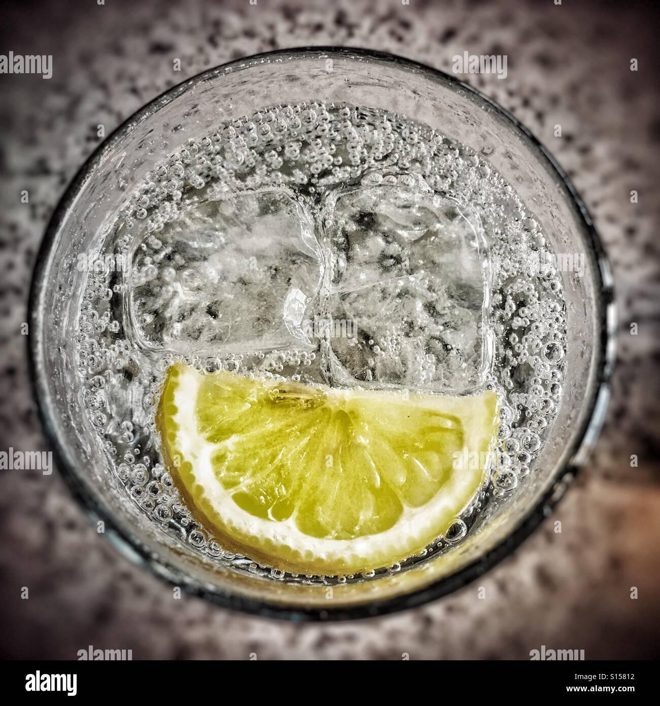 Gin Tonic con ghiaccio e una fetta Immagini Stock