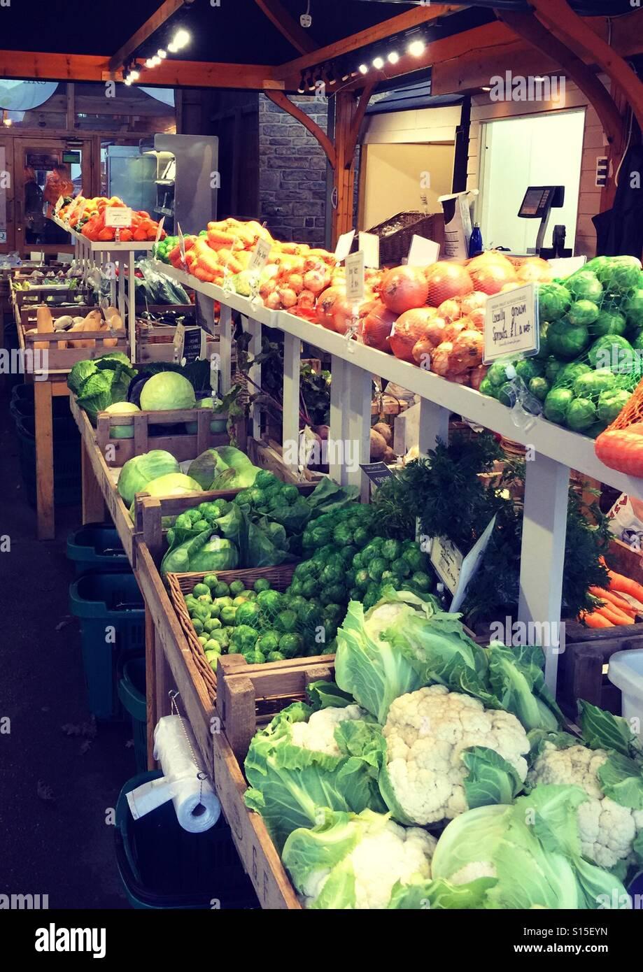 Frutta e verdura in stallo con abbondanza di verdura invernale Immagini Stock