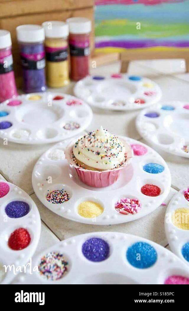 Un cupcake coulerful in uno sfondo coulerful Foto Stock