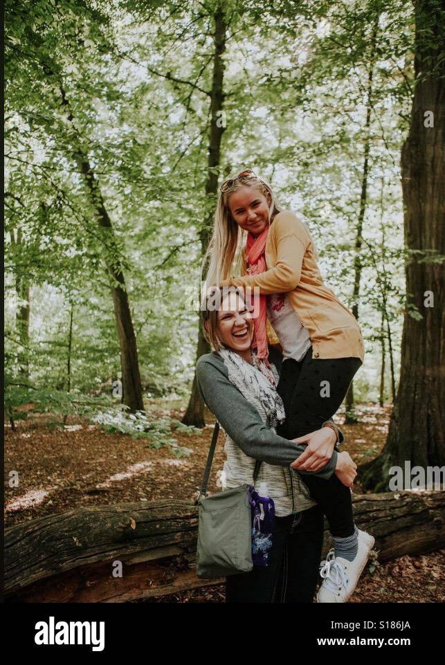 Due sorelle che abbraccia ogni altro Foto Stock