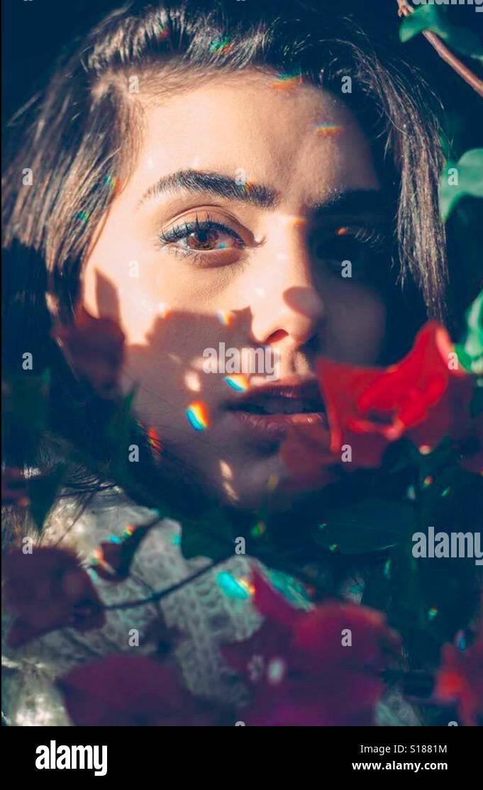 Una ragazza in un background coulerful Foto Stock