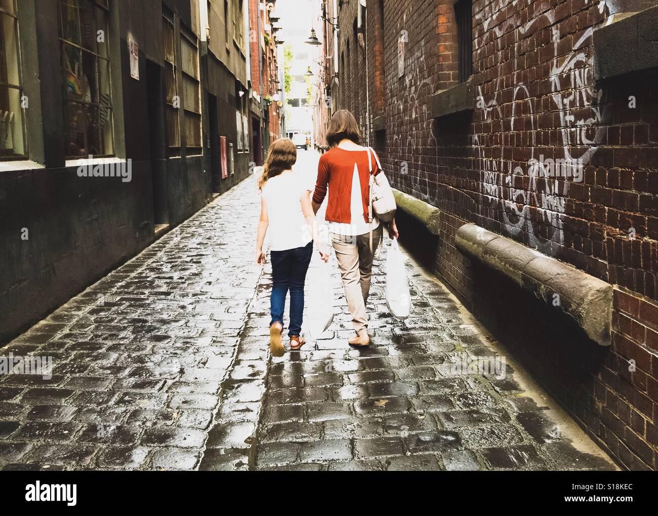 Madre e figlia sul viaggio di shopping Immagini Stock