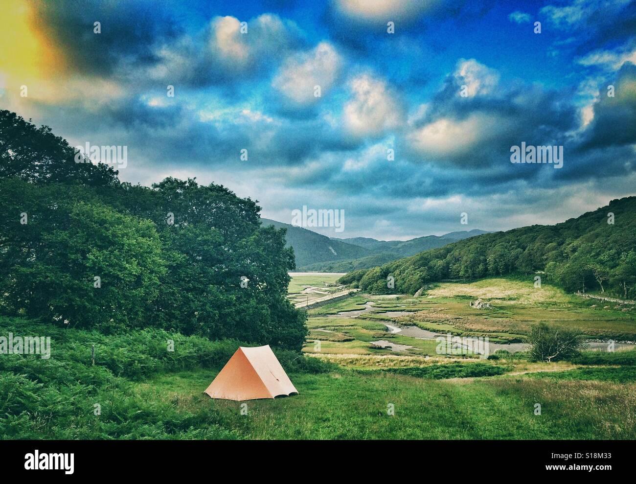 Una tenda in un campo vicino a Caernarfon, Galles Immagini Stock
