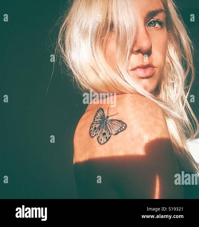 Farfalla sulla mia spalla Foto Stock