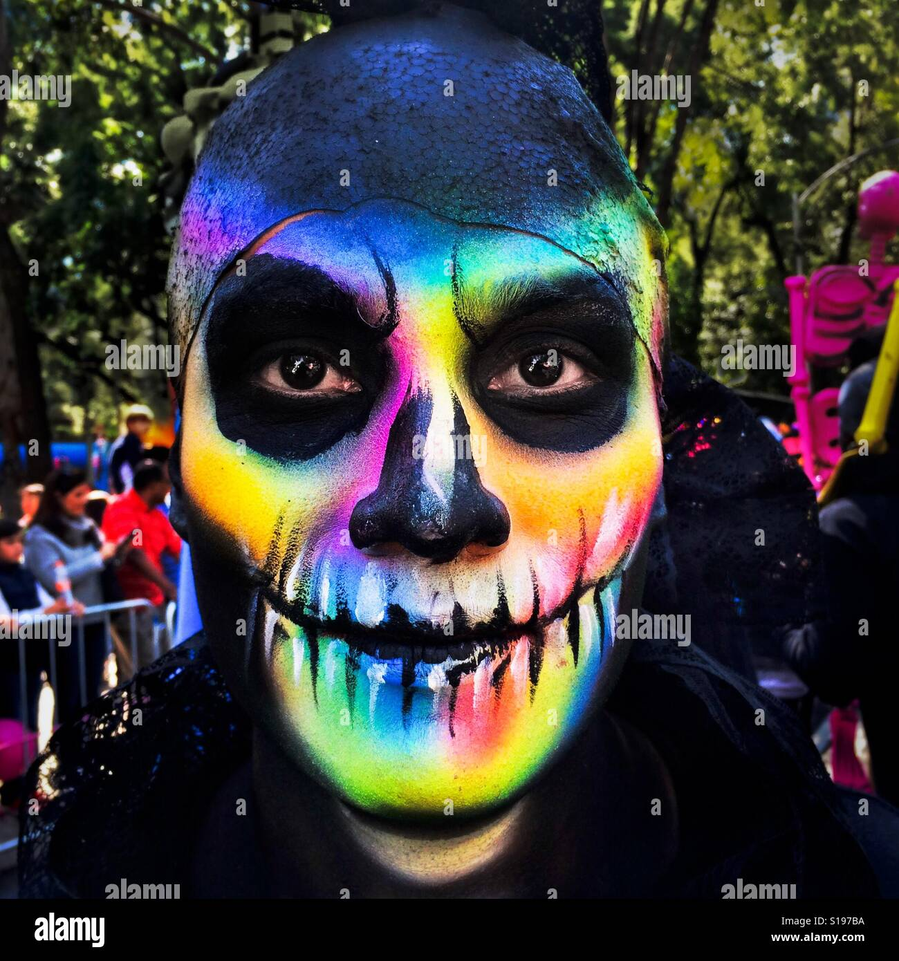 Un giovane uomo, rappresentando un messicano icona culturale chiamato La Catrina, prende parte alle celebrazioni Foto Stock