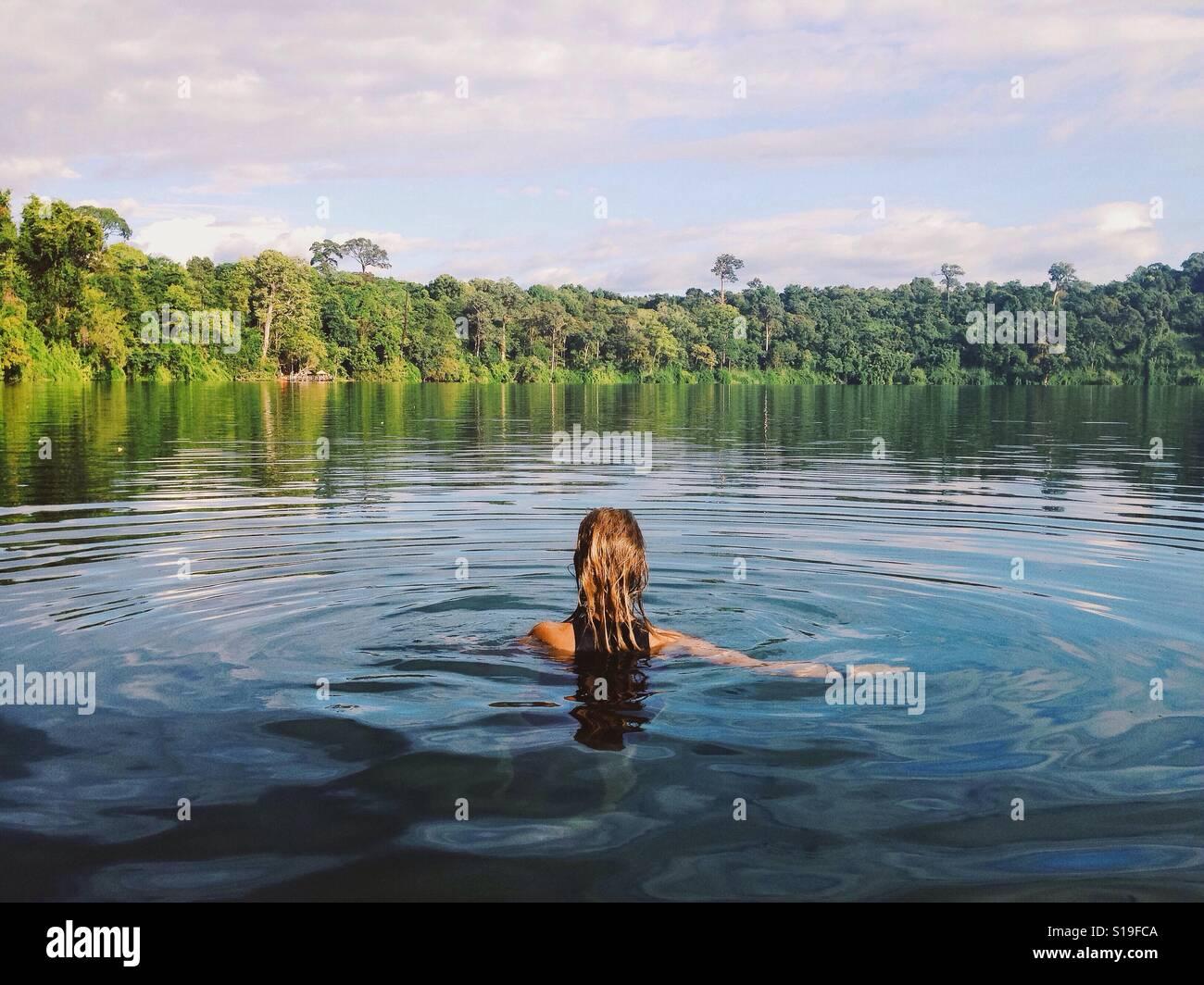 Nuotare nel lago Immagini Stock