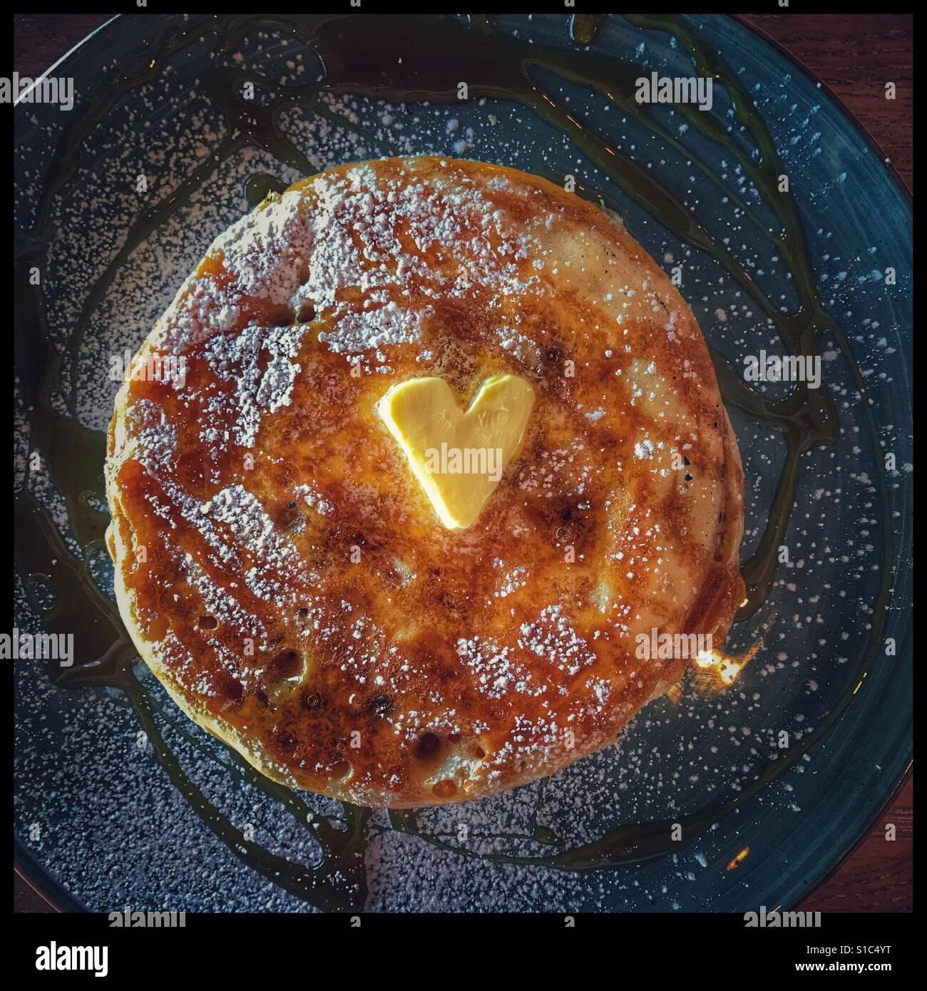 Frittelle con sciroppo d'acero. Immagini Stock