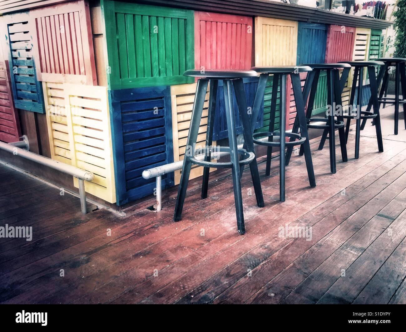 Fila di sgabelli in legno colorato bar foto immagine stock