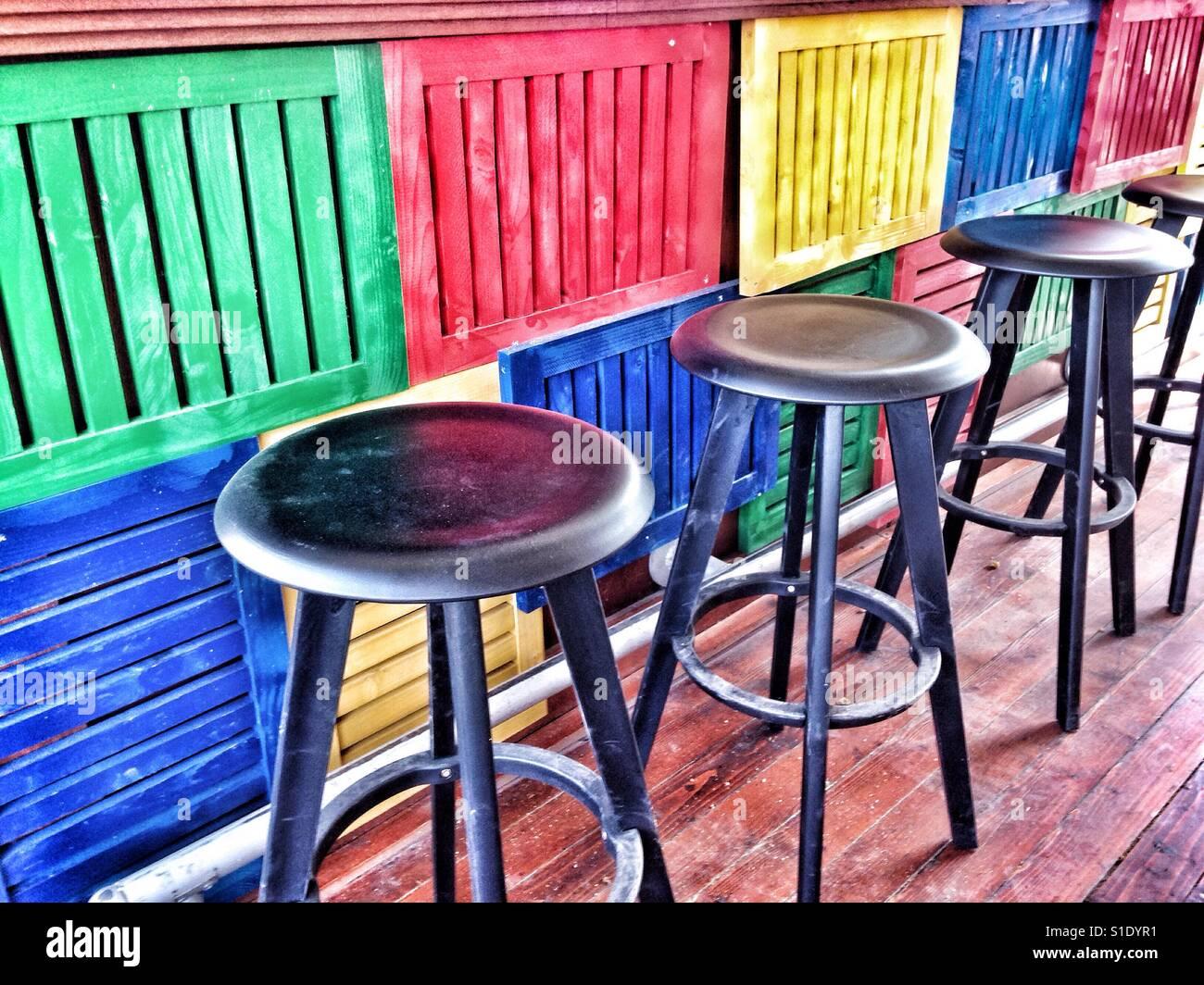 Un nero sgabelli a colorato bar stand foto & immagine stock