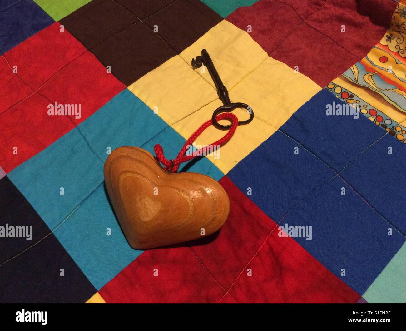 Chiave di vintage e rustico a forma di cuore ad portachiavi su quilt Immagini Stock