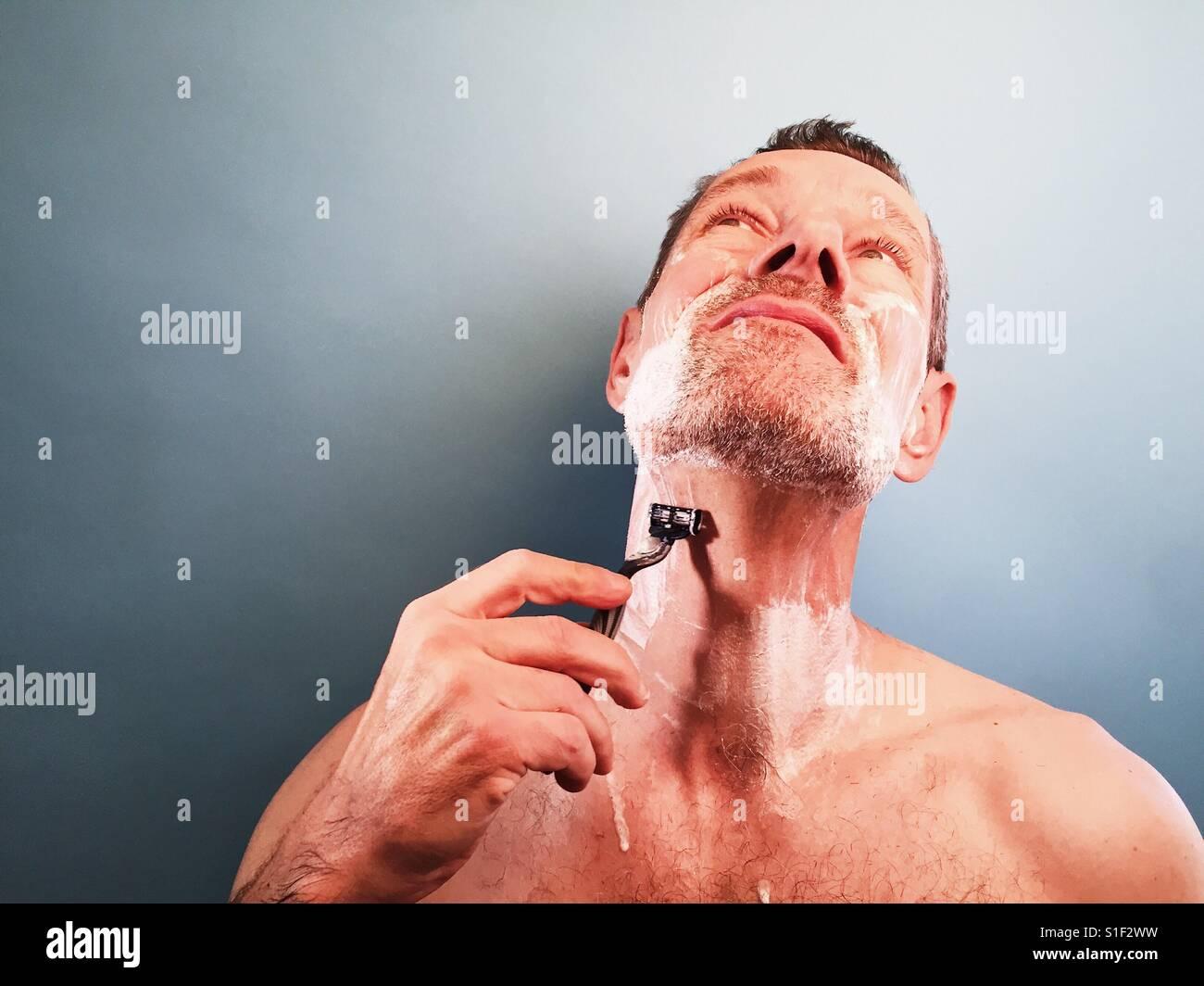 Un uomo che rade Immagini Stock