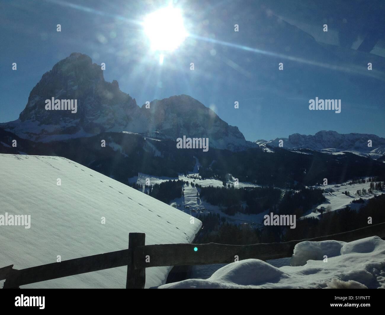 Vista del Sassolungo nelle Dolomiti. Realizzato da Santa Cristina Val Gardena in inverno. Immagini Stock