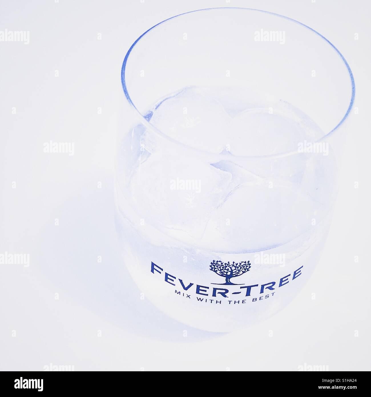 Il gin tonic in un tonico Fever-Tree vetro, su uno sfondo bianco. Immagini Stock