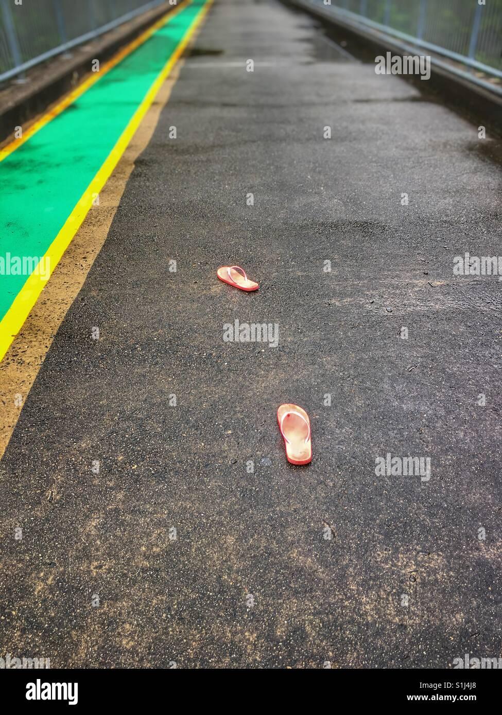 Perso il flip flop su un ponte, Immagini Stock