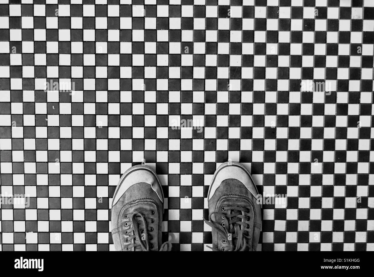 Guardando verso il basso a partire da sopra su un paio di scarpe in una  calzatura 7b12b668412