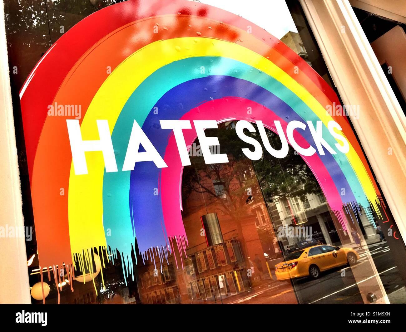 Odio aspira e rainbow segno sulla finestra del negozio, NYC, STATI UNITI D'AMERICA Immagini Stock