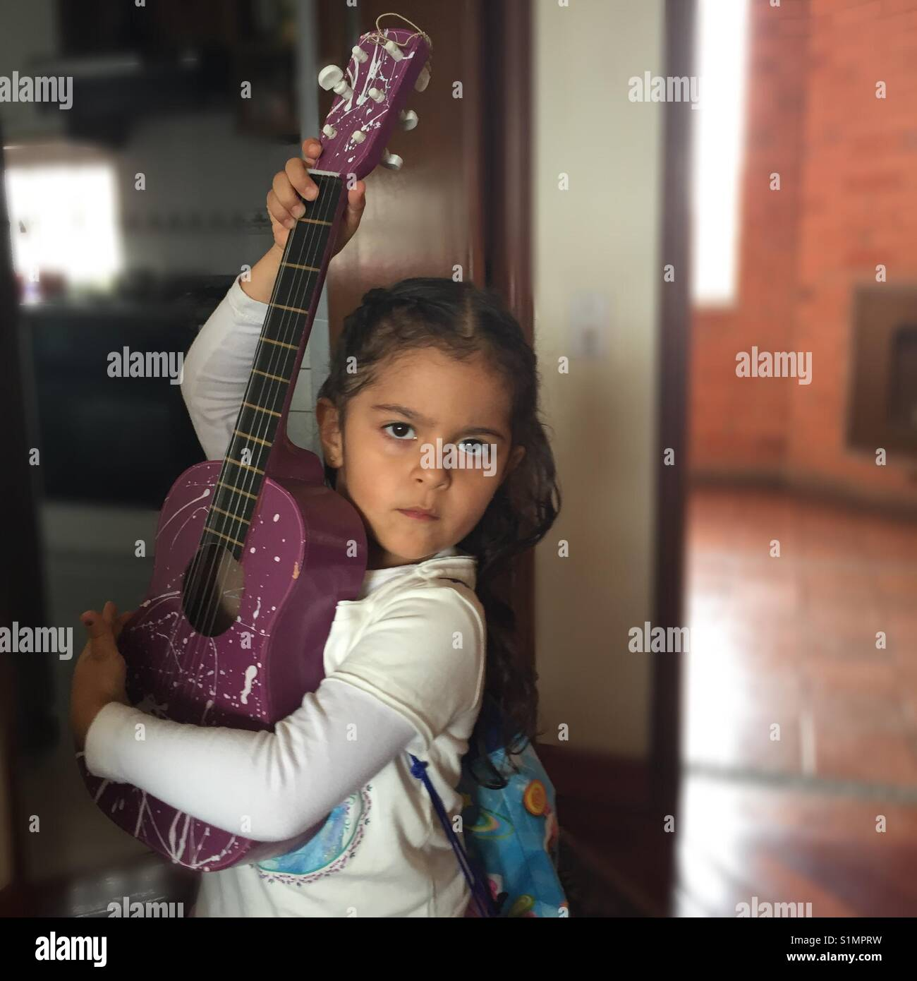 Niña, rockera, ternura, guitarra, pasión, artista, arte, preciosa, inocencia, vocación. Immagini Stock