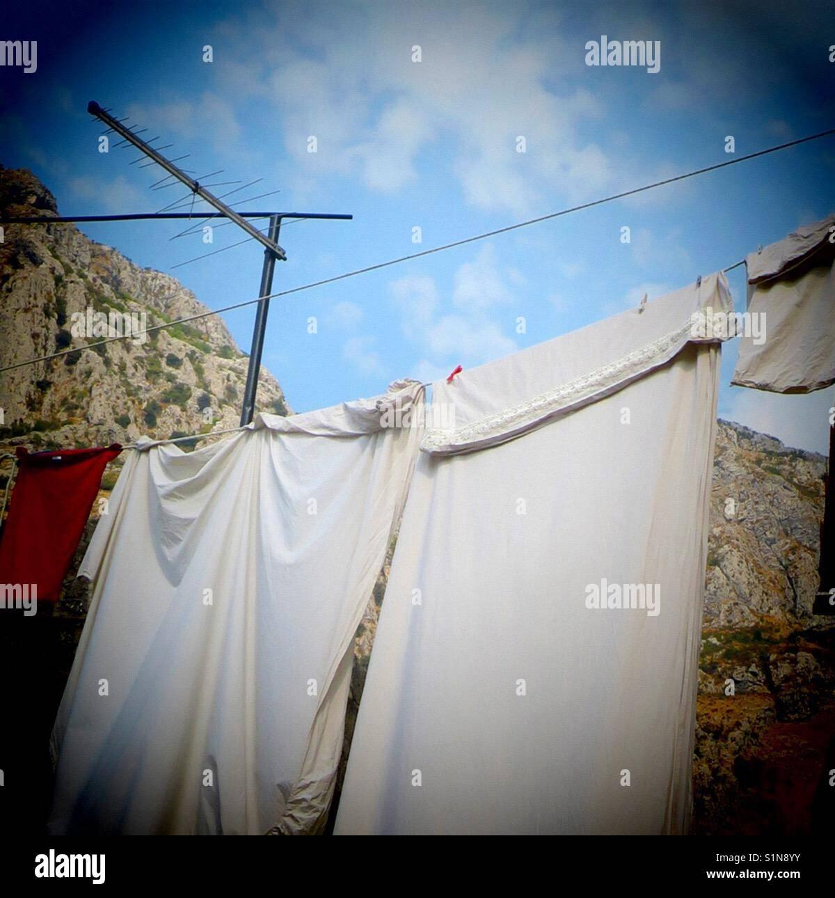 White bed sheets fuori di essiccazione Immagini Stock