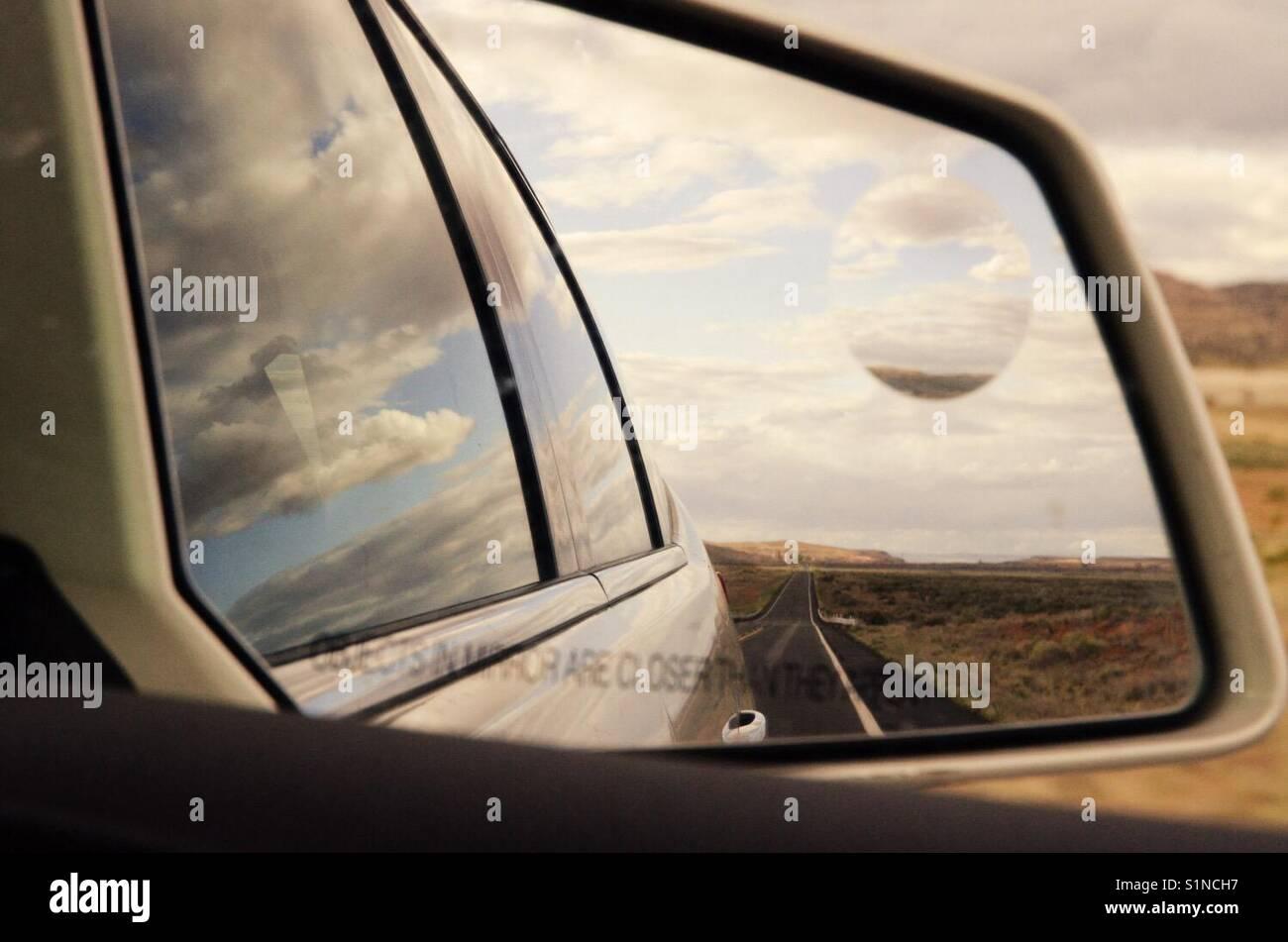 Paesaggio riflesso nello specchietto retrovisore di una vettura, Nuovo Messico, Stati Uniti d'America Immagini Stock