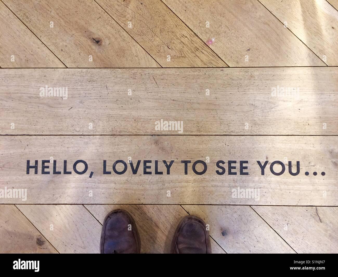 Guardando verso il basso su di una coppia di piedi in una scarpa selfie e un 3198e721e4d