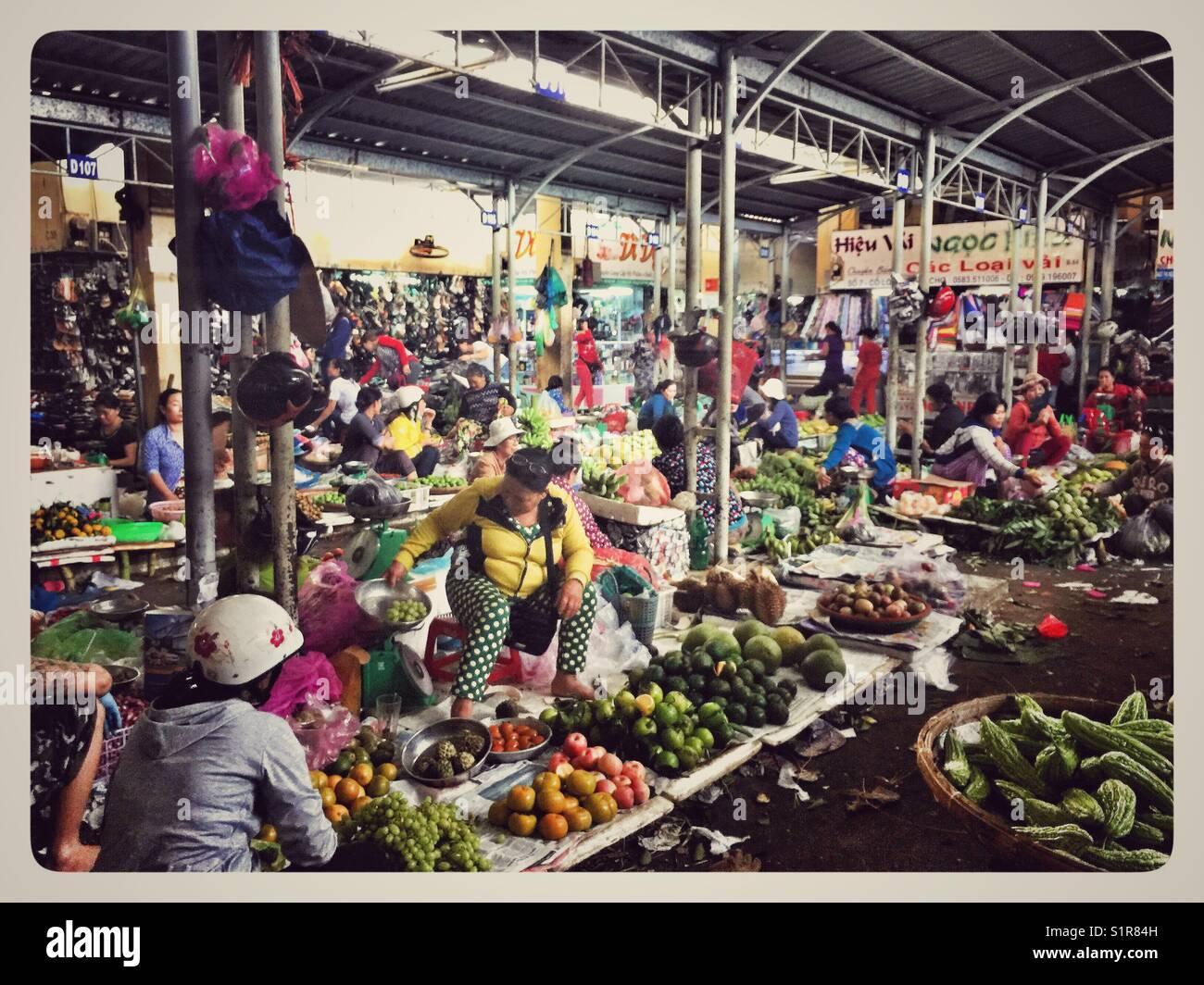 Quotidiani locali sostentamento a Nha Trang cho Xom Moi mercato. Immagini Stock