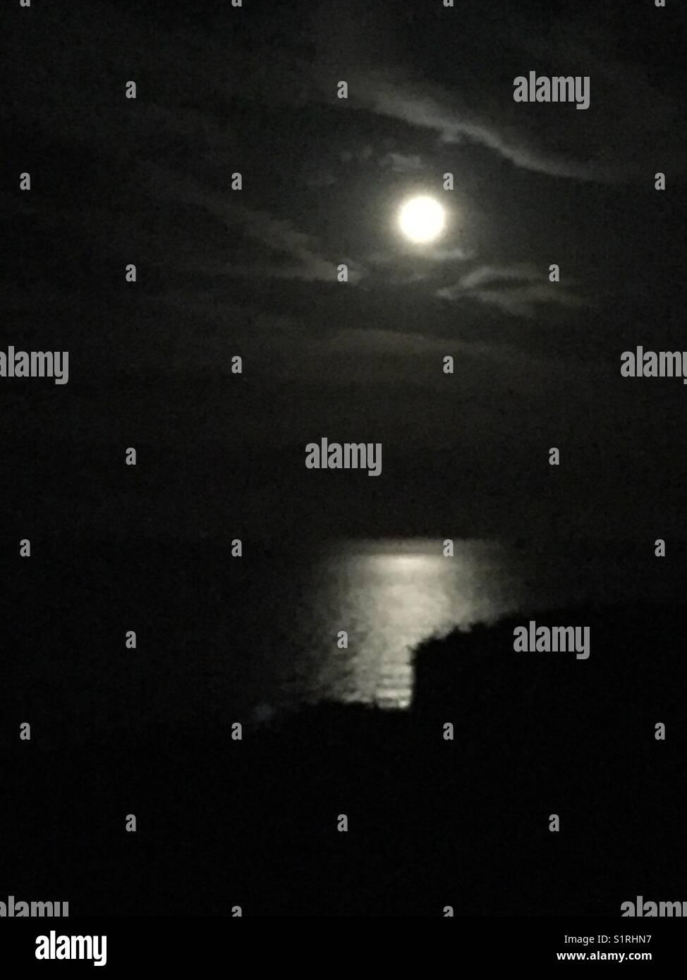Luna Piena Che Riflette Sul Mare Nella Notte Di Halloween 2017
