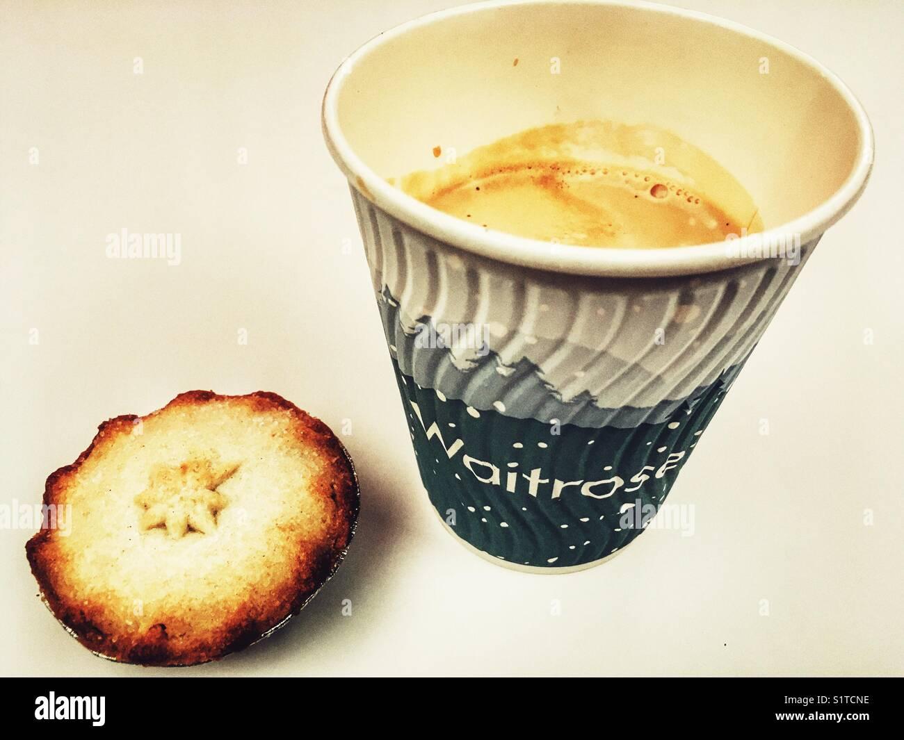 Waitrose Natale take away caffè e torta tritate Immagini Stock