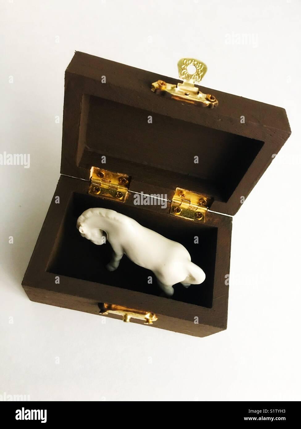 Una ceramica cavallo bianco in una scatola. Immagini Stock