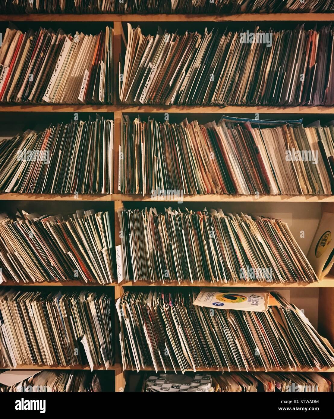 45 rpm record sui ripiani in corrispondenza di un archivio di record Immagini Stock