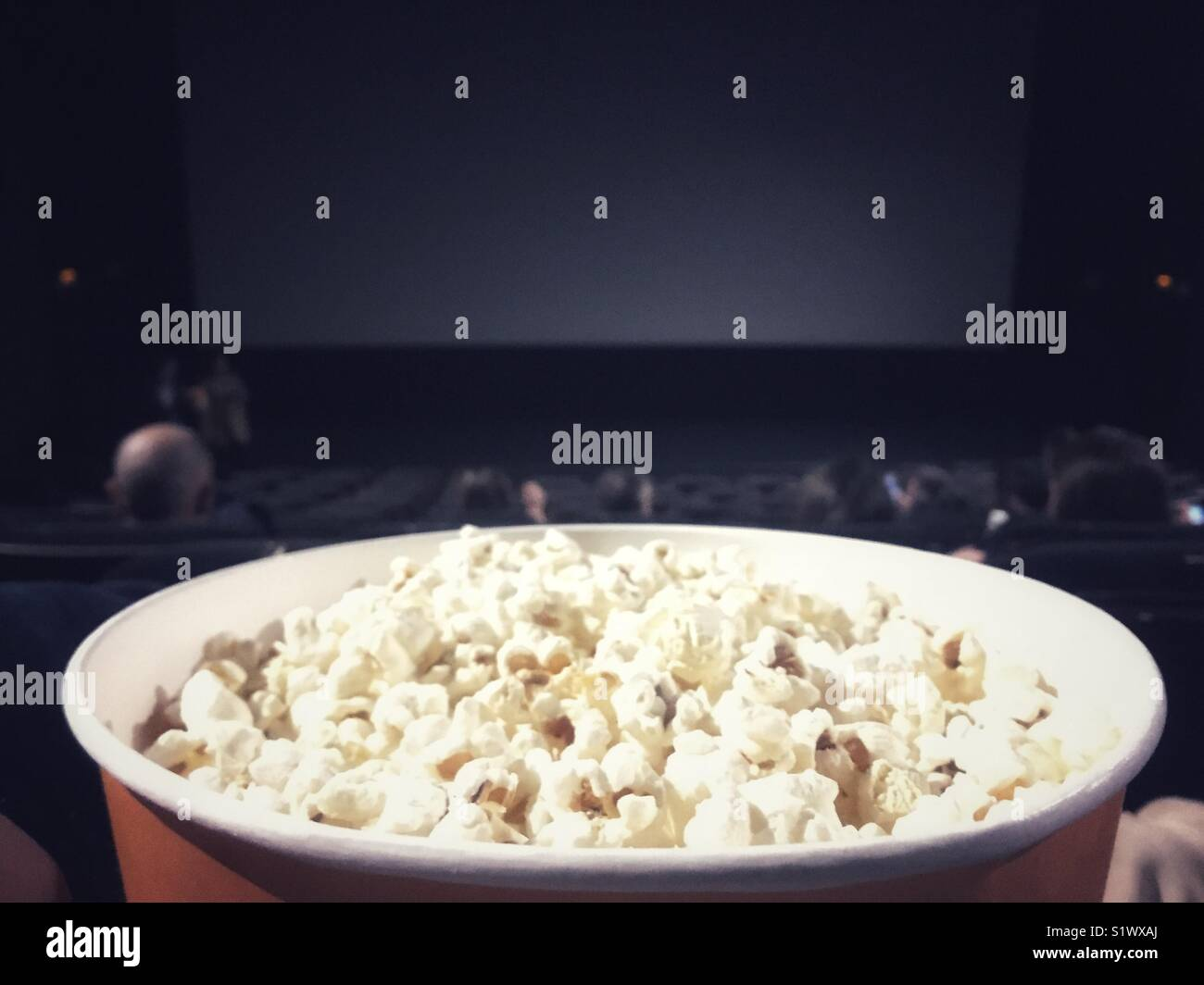 Ciotola di pop corn presso il teatro di film Immagini Stock