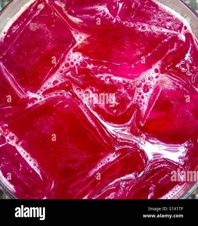 Close-up di mirtillo rosso bere cocktail con cubetti di ghiaccio Immagini Stock