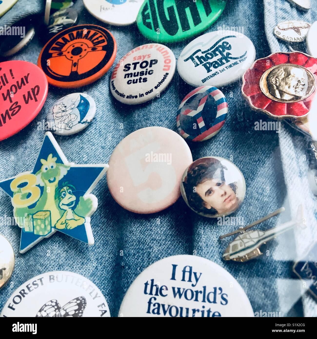 Eightie badge è imperniata ad una camicia di denim. Immagini Stock