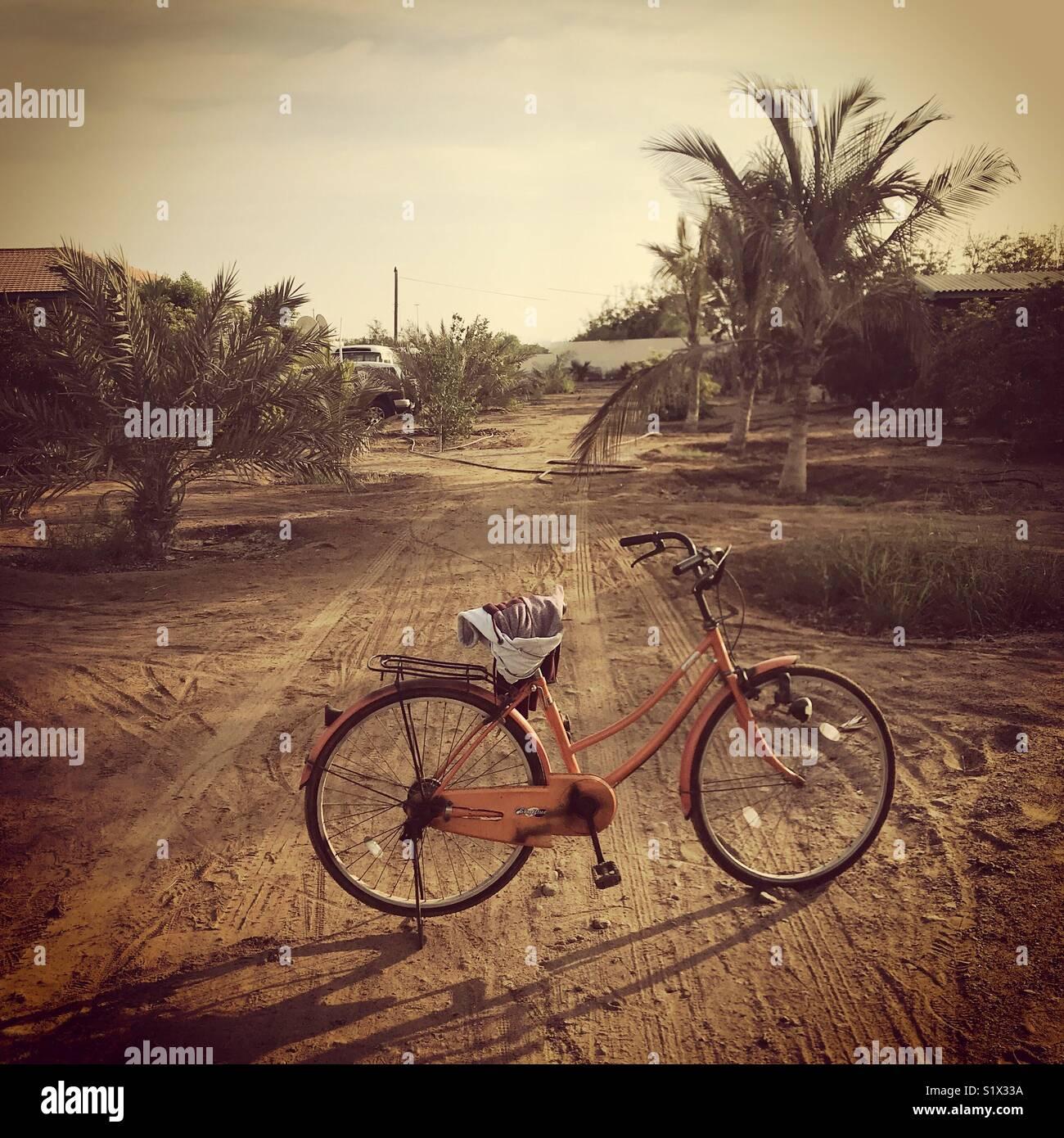 La bici o moto su una casa colonica Immagini Stock
