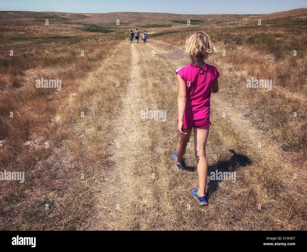 Una ragazza escursioni alacremente attraverso le praterie del sud del Saskatchewan, Canada, di catturare fino alla Immagini Stock