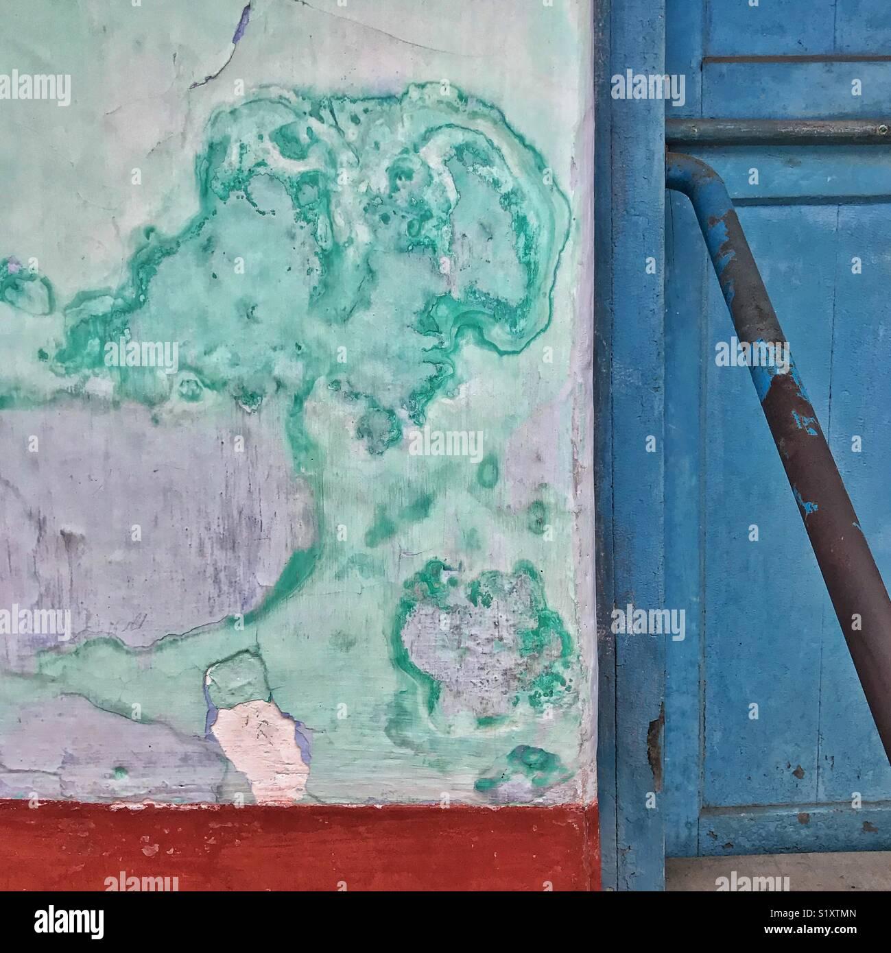 Verniciatura irregolare e la degradazione della vernice su una parete in India Immagini Stock